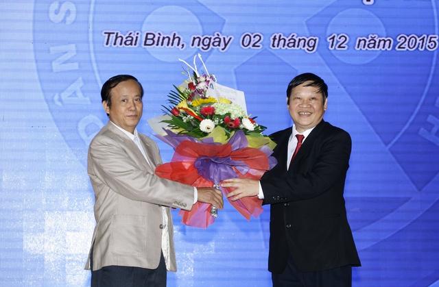 Thứ trưởng Bộ Y tế Nguyễn Viết Tiến tặng hoa cho ông Nguyễn Thái Hùng, Chủ tịch Hội Người cao tuổi Thái Bình.