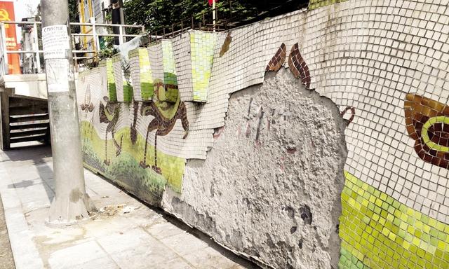 Những mảng bong tróc rộng cả mét vuông khiến con đường gốm sứ mất đi vẻ đẹp thẩm mỹ vốn có. Ảnh: C. Tâm