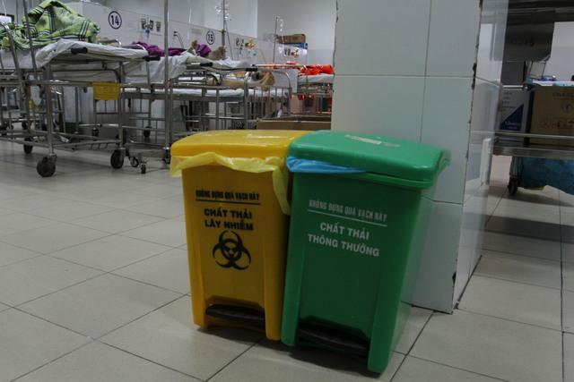 Thùng thu gom rác thải y tế tại Bệnh viện Đà Nẵng.