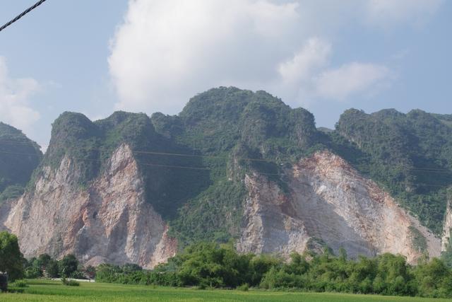 """Các ngọn núi bị """"xẻ thịt"""" ảnh hưởng lớn đến cuộc sống của người dân xung quanh. Ảnh: A.Bùi"""