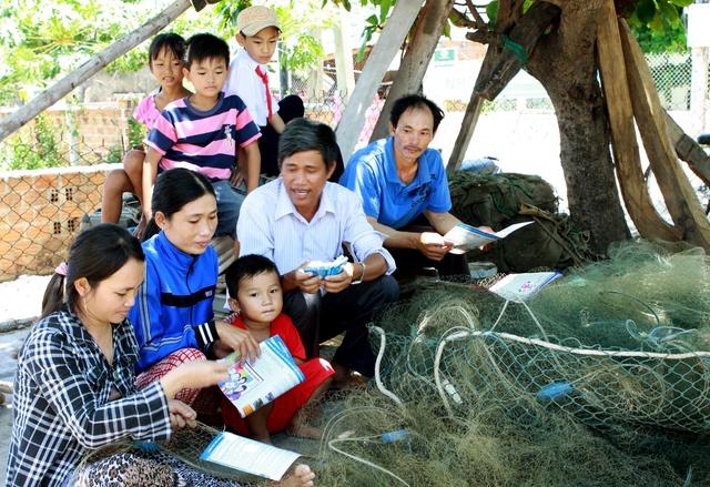 Cộng tác viên dân số huyện Bình Sơn - Quảng Ngãi tư vấn các biện pháp tránh thai an toàn cho ngư dân vùng biển. Ảnh: Dương Ngọc