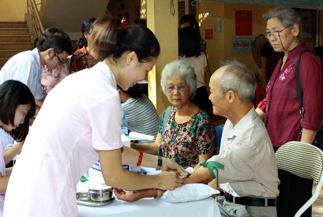 Việt Nam đã có Luật Người cao tuổi, có một số tổ chức chuyên chăm lo, phối hợp các cơ quan khác để tiến hành chăm sóc sức khỏe cho đối tượng này. Ảnh: Dương Ngọc
