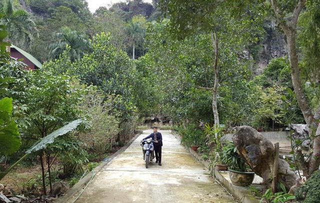 Tư dinh của ông Nguyễn Công Đức nằm trong diện tích 10ha đồi núi. Căn nhà của ông được xây dựng theo thế tựa lưng vào núi, nhìn ra ao hồ.