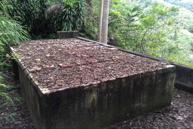 Khu lăng mộ được che đậy chắc chắn bằng 2 khối bê tông. Phía dưới hầm mộ có hệ thống xe goòng đưa quan tài vào sâu trong núi.