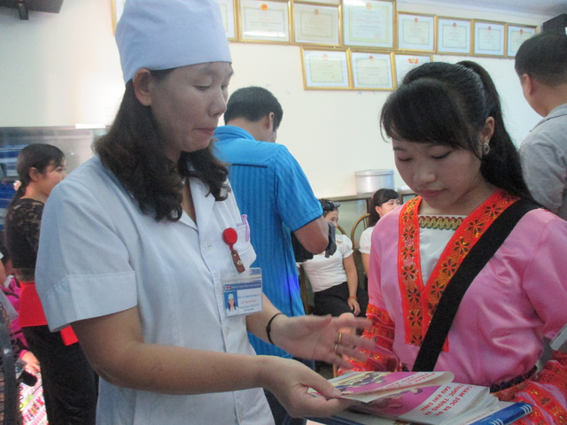 Em Giàng Thị Chứ đang được đào tạo cô đỡ thôn bản tại Trung tâm Chăm sóc sức khỏe sinh sản tỉnh Thanh Hóa. Ảnh N.Mai