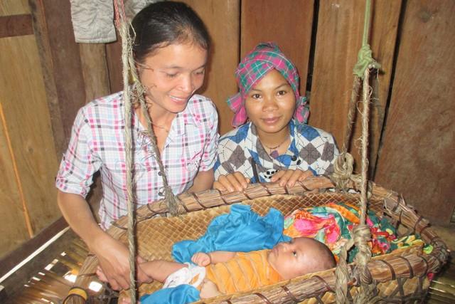 """Niềm vui của hai mẹ con chị Hồ Thị Loan khi được gặp """"ân nhân"""" – cô đỡ thôn bản Hồ Thị Hạnh."""