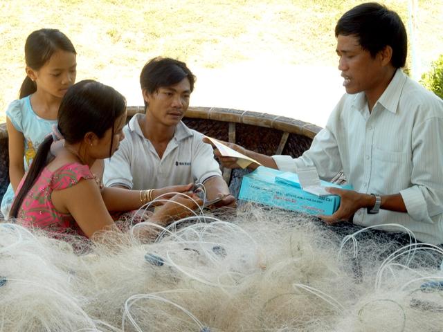 Cán bộ dân số cơ sở huyện Phù Cát (Bình Định) truyền thông KHHGĐ đến người dân. Ảnh: Dương Ngọc