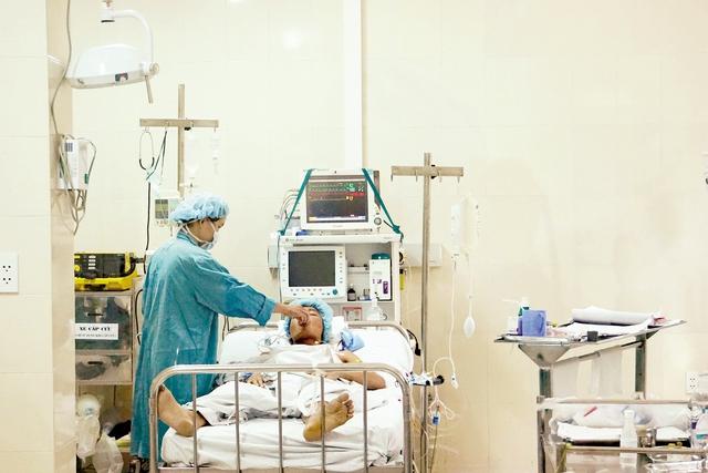 Sáng 8/9, sau ca phẫu thuật, bệnh nhân H đã có thể tự ăn uống nhẹ và nói chuyện được.  Ảnh: P.V