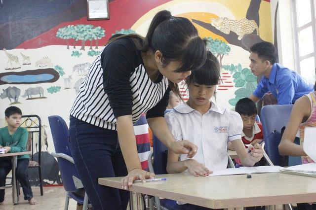 Giáo viên dạy môn phụ, ngày 20/11 lại có những ngậm ngùi khi học sinh tíu tít bên giáo viên chủ nhiệm. Ảnh minh họa: Q.Anh