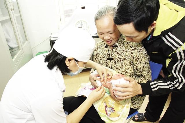 Bộ Y tế khuyến cáo, không có vaccine dịch vụ, người dân nên lựa chọn tiêm vaccine 5 trong 1 Quinvaxem miễn phí trong Chương trình Tiêm chủng mở rộng, có thành phần tương tự như Pentaxim. Ảnh: Chí Cường