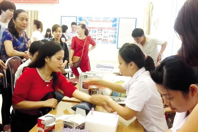 Khám sàng lọc bệnh Thalassemia cho đối tượng trong độ tuổi kết hôn tại quận Cầu Giấy (Hà Nội). Ảnh: P.V