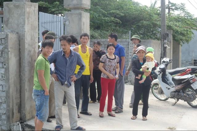 Người dân kéo ra phản đối cơ sở sản xuất mắm gây ô nhiễm môi trường. Ảnh: N.Hưng