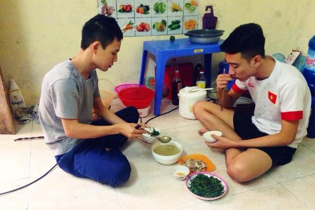 Bữa cơm trưa của sinh viên Hoàng Tú (trái) và Lê Minh ở xóm trọ tại quận Bắc Từ Liêm, Hà Nội. Ảnh: Q.Anh