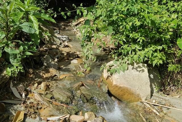 Theo lời người dân địa phương, từ lâu con suối nay đã bị đục bẩn và nghi nhiễm độc do nguồn nước ở các mỏ vàng chảy ra. Ảnh: Cao Tuân