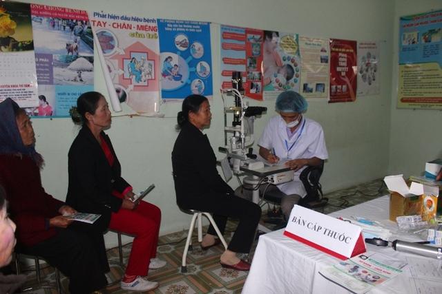 Nhân dịp này, Bệnh viện mắt Nghệ An đã tổ chức khám mắt cho bà con