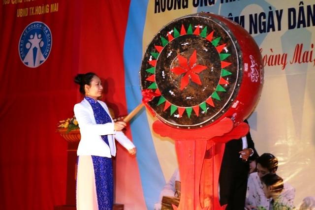 Bà Đinh Thị Lệ Thanh – Phó Chủ tịch UBND tỉnh Nghệ An đánh trống phát động tháng hành động quốc gia về dân số