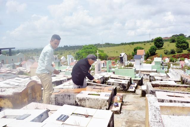 Khách đến thăm viếng khu mộ Đồng nhi. Ảnh: Cao Tuân