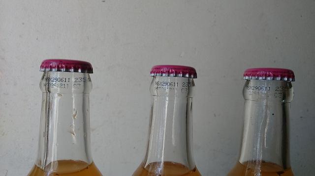 Ngày tháng sản xuất và lô sản phẩm vẫn còn rõ trên cổ chai. Ảnh T.H