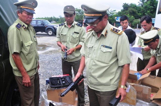 Lực lượng chức năng đang kiểm tra kiện hàng chở trên xe khách Hoàng Long