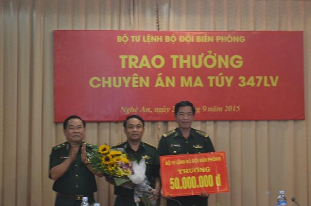 Thiếu tướng Nguyễn Cảnh Hiền (trái), Phó Tư lệnh Bộ đội Biên phòng trao thưởng cho Ban Chuyên án.