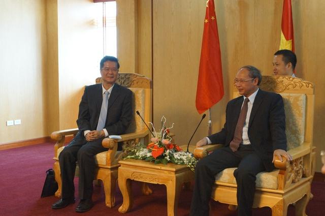 Ông Nguyễn Văn Tân – Phó Tổng cục trưởng phụ trách Tổng cục DS-KHHGĐ (bìa phải) tiếp xã giao ông Hu Hongtao - Tổng Vụ trưởng Vụ Hợp tác Quốc tế của Ủy ban Quốc gia Y tế và KHHGĐ Trung Quốc.