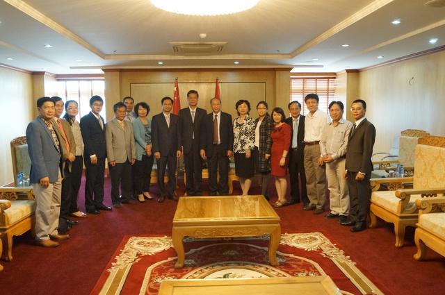 Chụp ảnh lưu niệm chuyến thăm và làm việc của Đoàn Ủy ban quốc gia Y tế và KHHGĐ.