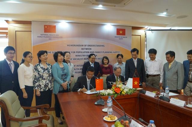 Lễ ký Biên bản ghi nhớ về hợp tác giữa hai bên về KHHGĐ/SKSS giai đoạn 2016 – 2020.
