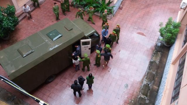 Người thân của Đức và Tuấn vội vã chạy theo để gặp khi phiên tòa buổi sáng kết thúc