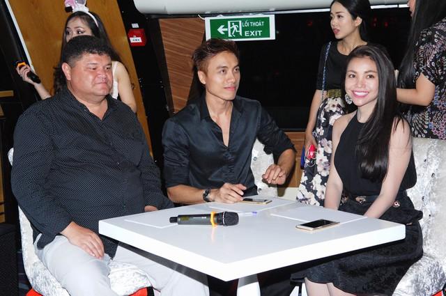 Người mẫu Trà Ngọc Hằng và ca sĩ Dương Quốc Hưng (giữa) trong một sự kiện nằm trong chuỗi của sự kiện Giao lưu văn hóa Bình Minh phương Đông trên con tàu 5 sao