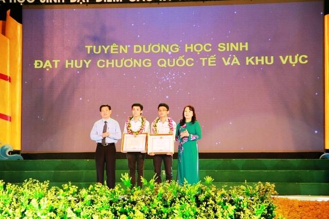 Thứ trưởng Bộ GD&ĐT Nguyễn Thị Nghĩa và Bí thư tỉnh ủy Nghệ An ông Hồ Đức Phớc tặng giấy khen cho 2 học sinh đạt huy chương Olympic quốc tế và khu vực