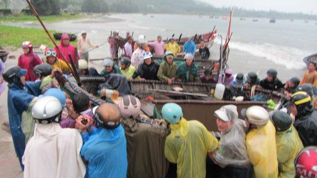 Ngư dân đư thuyền thúng vào bờ tránh bão. Ảnh Đức Hoàng