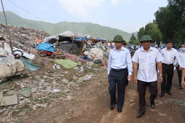Bí thư Thành ủy Đà Nẵng Nguyễn Xuân Anh (ngoài cùng bên trái) đi kiểm tra tình hình ô nhiễm môi trường tại bãi rác Khánh Sơn sáng ngày 23/10. Ảnh Đức Hoàng
