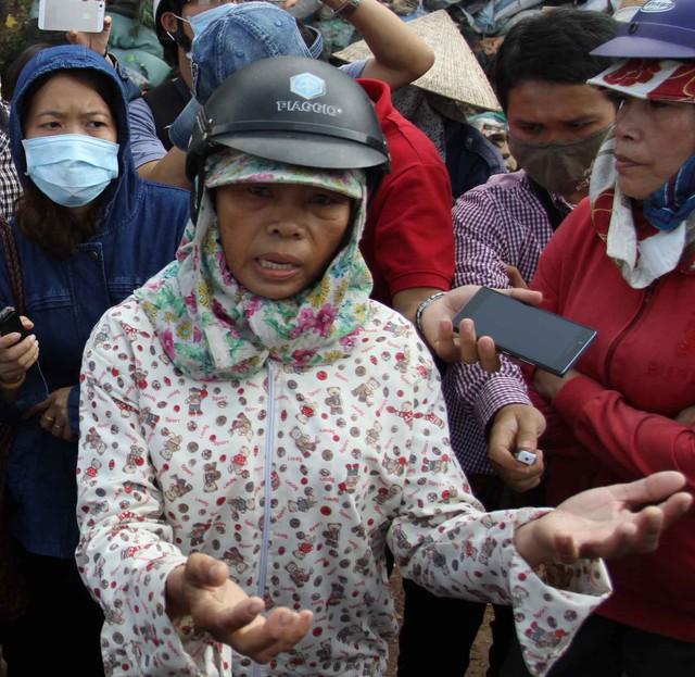 Bà Hồ Thị Hiệp (51 tuổi, trú tổ 169, phường Hòa Khánh Nam): Cực chẳng đã người dân mới chặn xe để phản đối, không ai muốn chặn xe rác cả nhưng vì quá hôi thối, dân không chịu nổi nữa.... Ảnh Đức Hoàng