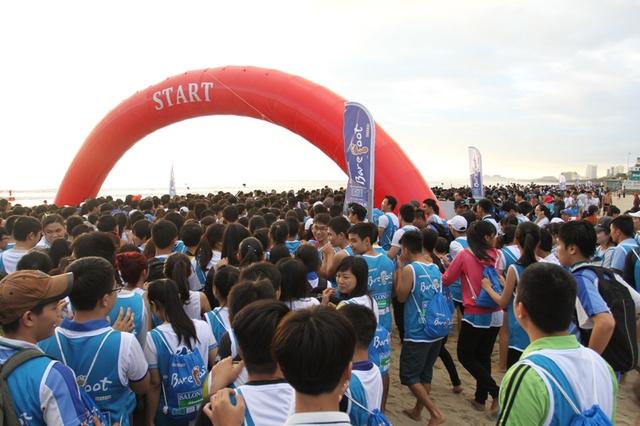 Hơn 5.000 người cùng nhau thi chạy chân trần trên biển Đà Nẵng sáng 6/12. Ảnh Đức Hoàng