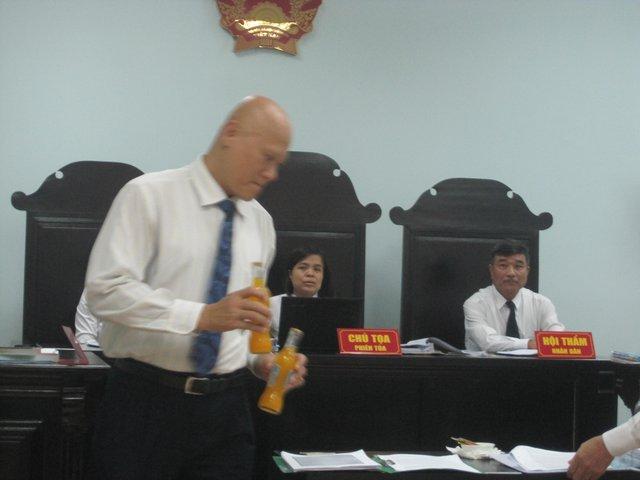 Phía Coca Cola Việt Nam thực hiện thực nghiệm bỏ dị vật vào chai cam ép tại tòa sáng 15/9.