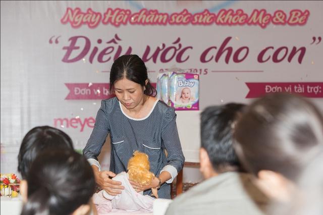 CNHS NguyễnThị Minh Ngọc hướng dẫn cách tắm bé