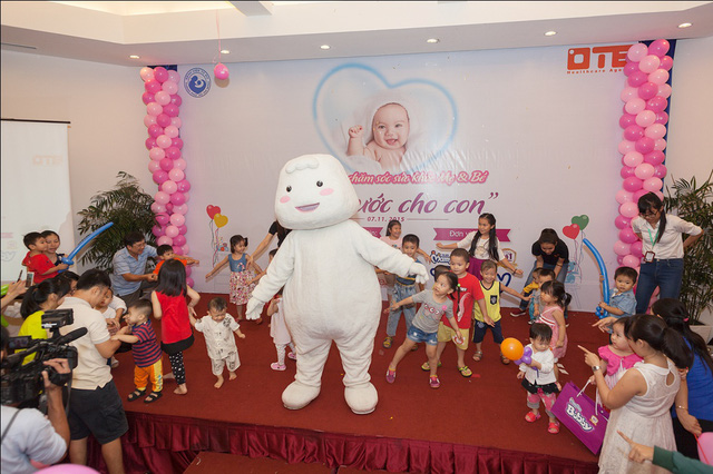Bobby Chan vui đùa cùng các bé