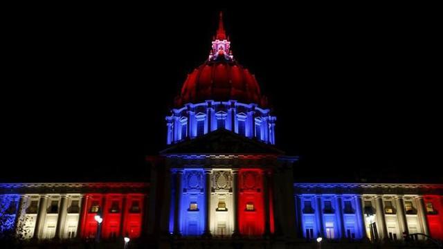 Tòa thị chính San Francisco (Mỹ) được thắp sáng trong đêm thứ 6(13/11) tới rạng sáng thứ 7 (14/11) với 3 màu cờ xanh-trắng-đỏ.
