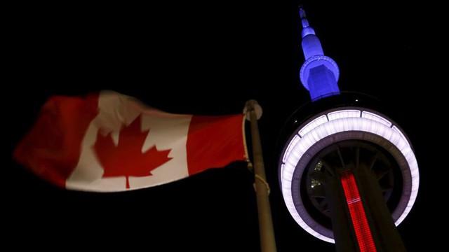 Ở Toronto (Canada), tháp CN cũng chuyển sang 3 màu cờ Pháp.