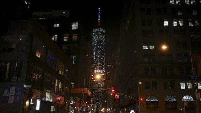 Trung tâm thương mại Một thế giới, thuộc Manhattan (New York, Mỹ) thắp đèn cờ Pháp nhằm tưởng nhớ các nạn nhân vụ thảm sát.