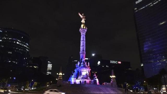 Tượng Nữ thần Độc lập, biểu tượng lớn nhất của Mexico, cũng đổi màu cờ Pháp để chia sẻ thương đau với nạn nhân.