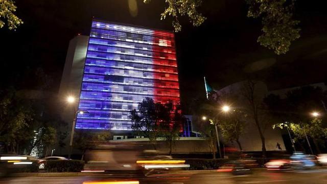 Tòa nhà Quốc hội Mexico nhuốm màu cờ Pháp.