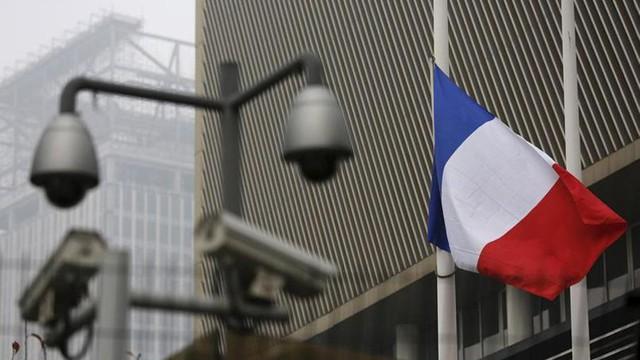 Đại sứ quán Pháp ở Bắc Kinh (Trung Quốc) treo cờ rủ.