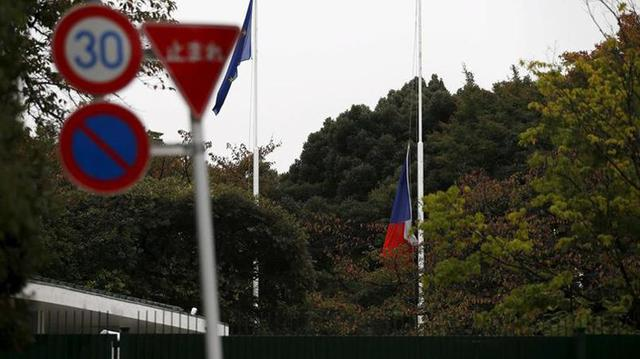 Cảnh tượng tương tự trước cổng Đại sứ quán Pháp ở thủ đô Tokyo (Nhật Bản).