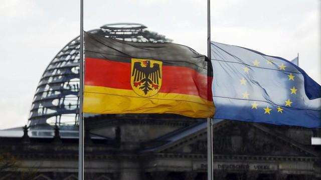 Quốc kỳ Đức và Liên minh châu Âu đồng loạt tuân theo tục lệ treo cờ rủ trước cử Nghị viện Đức.