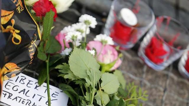 Ngày hôm nay, hoa và nến được xếp dọc vỉa hè trước của Đại sứ quán Pháp tại Berlin (Đức).