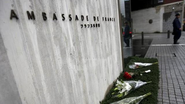 Ở Tokyo (Nhật Bản), những người đi bộ cũng xếp hàng hoa dài trước cổng Đại sứ quán Pháp để tượng niệm các nạn nhân xấu số.