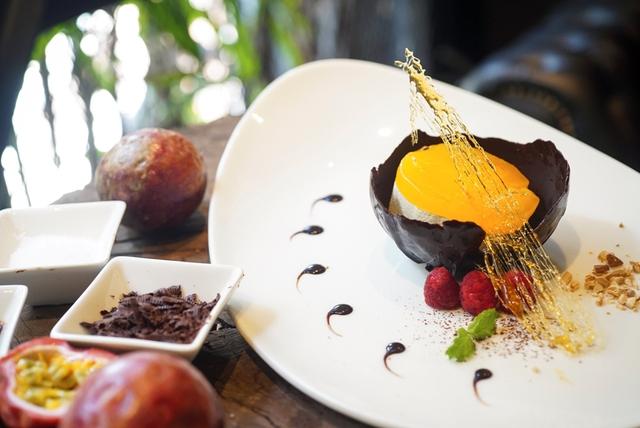 Món tráng miệng – bánh kem chanh leo kèm chocolate và quả mâm xôi khiến bạn khó lòng từ chối
