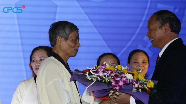 ... và chúc mừng đại diện người cao tuổi tỉnh Thái Bình.