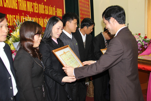 Đ/c Bùi Quang Cẩm thay mặt Chủ tịch UBND tỉnh trao bằng khen cho các cá nhân có thành tích xuất sắc trong thực hiện Chương trình mục tiêu Quốc gia DS-KHHGĐ giai đoạn 2011-2015